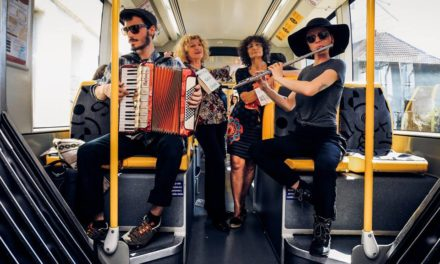 Dans le tram de Mulhouse : la gratuité en musique avec le Collectif des Tickets Jaunes