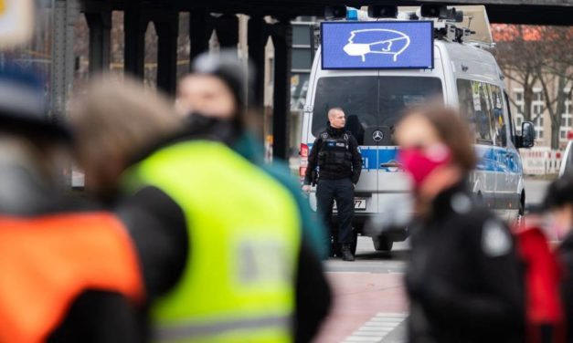 Covid-19 : violences antipolicières lors des contrôles du couvre-feu, sur fond de reprise en main fédérale en Allemagne