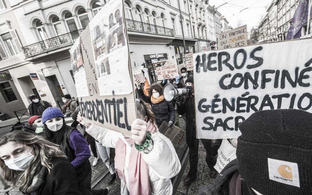 """A Mulhouse, manifestation des enseignants et des jeunes lycéens ou étudiants en mode """"démerdentiel"""""""