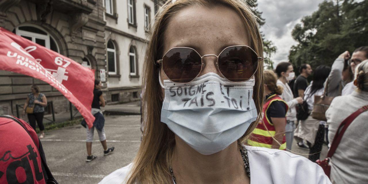 Quelques centaines de manifestants contre l'obligation vaccinale devant le Hasenrain, siège du groupe hospitalier de Mulhouse (GHRMSA)