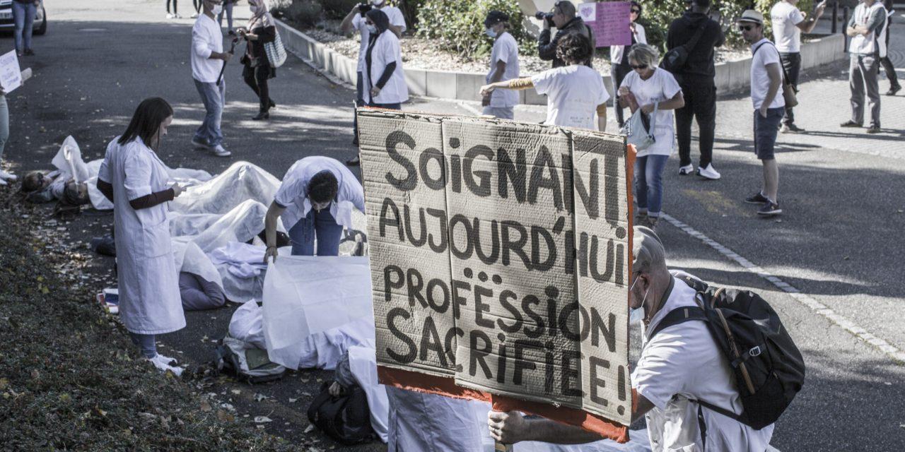 Manifestation de soignants devant le centre de réadaptation de Mulhouse