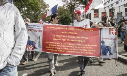 Des «masques blancs» à Mulhouse, avec les manifestants contre le pass sanitaire et la suspension des soignants